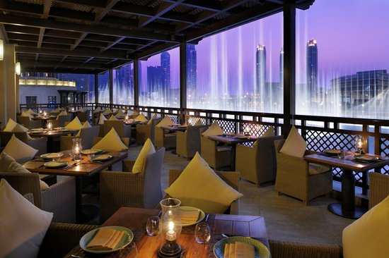 مطعم مانجو تري من اشهر المطاعم المطله على نافورة دبي