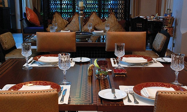 مطعم ومقهى إيوان من ارقى المطاعم المطله على نافورة دبي