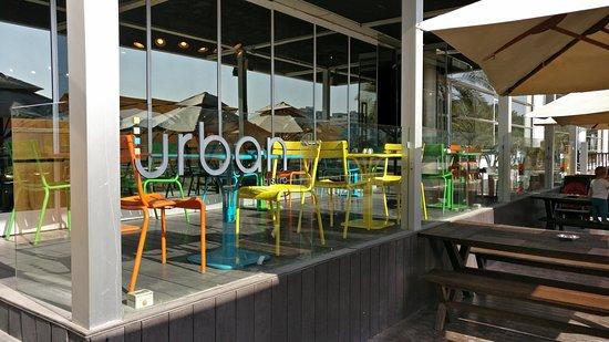 مقهى ومطعم أوربان بيسترو من اشهر مطاعم فطور في دبي