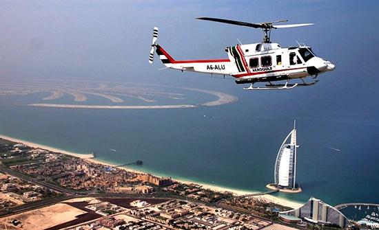 جولة بالمروحية حول اماكن سياحية في دبي ، حيث تقوم بزيارة افضل الاماكن السياحية في دبي ولكن من مكان اعلى