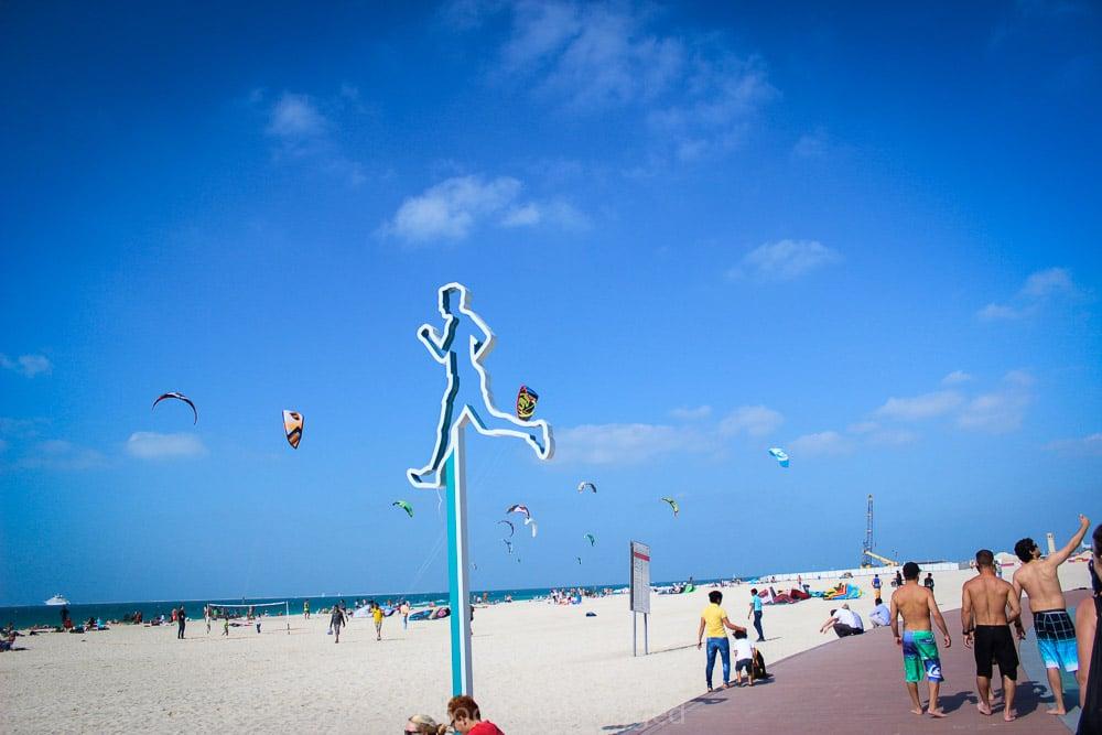 حدائق وشاطئ الجميرا من اجمل الاماكن السياحية في دبي واحدى اكبر شواطئ دبي الامارات