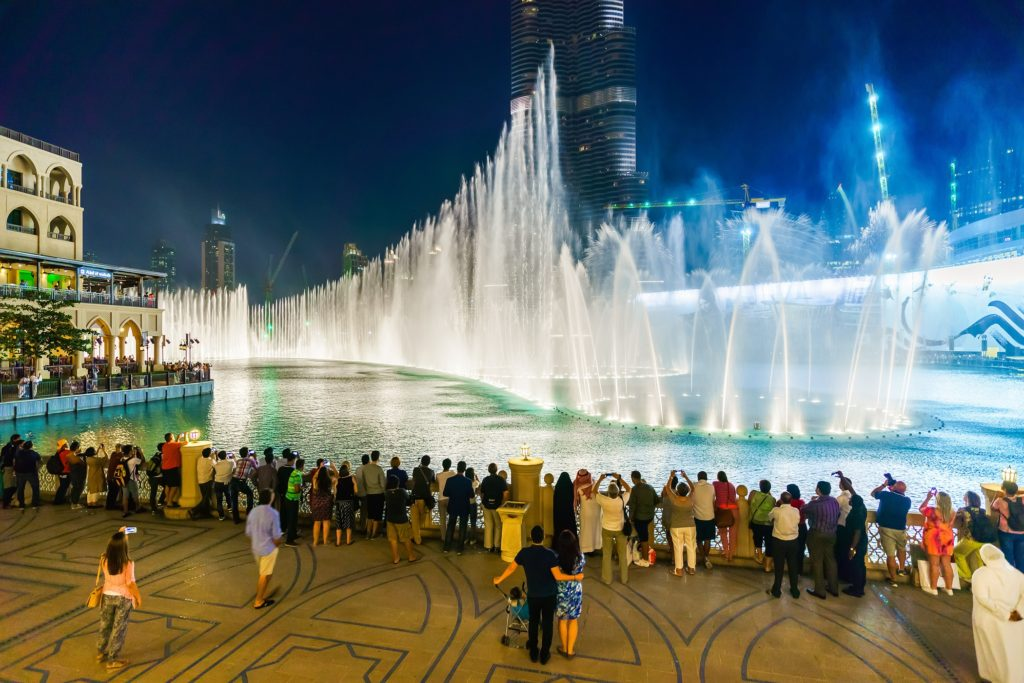 نافورة دبي من اهم معالم السياحة في دبي و من اجمل الاماكن السياحية في دبي للعوائل