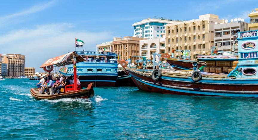يعتبر ركوب العبرة في خور دبي رحلة ممتعة للجميع. بدرهم