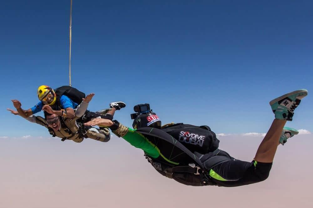 ما الذي يجب أن تعرفه قبل تجربة القفز المظلي في سكاي دايف دبي