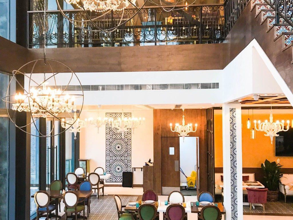 مطعم ومقهى مكان يعد من ابرز مطاعم لامير دبي